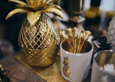 goldene Ananas zur Aufbewahrung mit Spießen