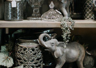 Elefant aus Keramik mit Glasvase und Windlicht aus Keramik