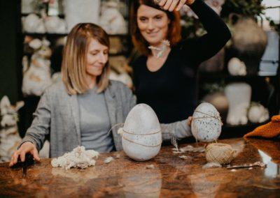 Deko Ostereier aus Stein werden als Geschenk verpackt