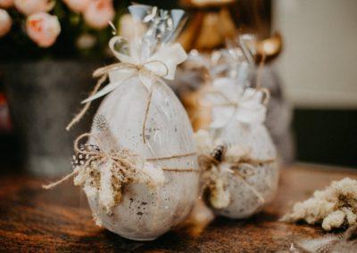 Ostereier in XXL aus Stein als Geschenk verpackt