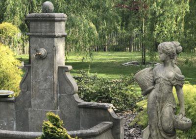 Brunnen und Statue im Garten