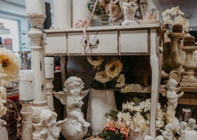 Keramikengel und Rosen als Kunstblume