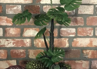 Kunstpflanzen als Gesteck in Keramiktopf