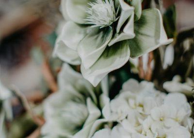 Grüne Papierblüten im Kranz aus Holz