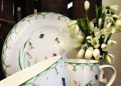 Geschirr aus Porzellan und Schneeglöckchen