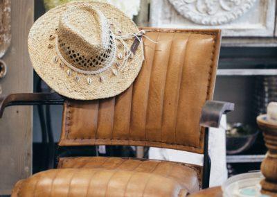 Strohhut liegt auf Sessel