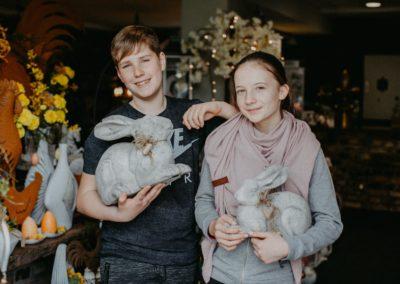 Junge und Mädchen halten Osterhasen in der Hand