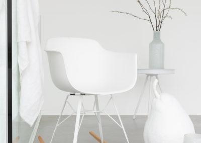 komplett weißes Interieur auf hellgrauem Teppich