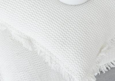Zwei weiße Kissen mit Struktur