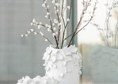 Zwei Vasen in Weiß-Tönen