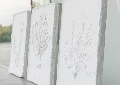 Drei weiße Wandbilder aus Keramik mit Baum Struktur