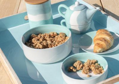 Geschirr und Tablett aus Holz in blau und weiß