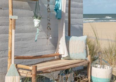 Holzbank mit Paddel, Naturkorb und Kissen