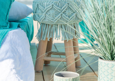 Türkisfarbene Textilien auf Holzhocker