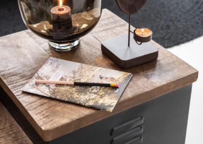 Brauner Deko Kerzenhalter aus Glas mit brennender Kerze