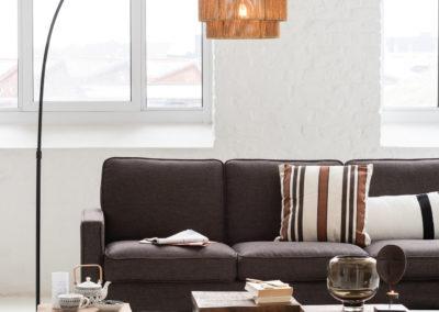 Stehlampe aus Kordeln und braune Couch