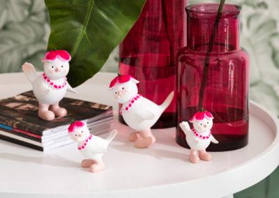 Fuchsia farbene Vasen und Deko Figuren