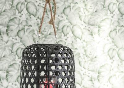 Kerzenhalter aus geflochtenem braunem Holz als Licht Spender
