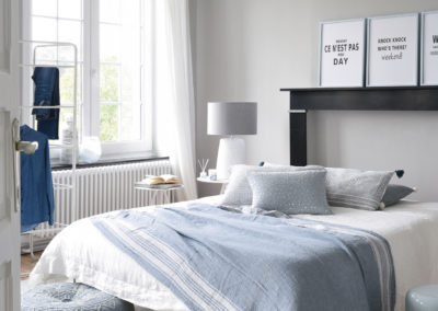 Schlafzimmer mit Jacquard Teppich und Baumwollplaid
