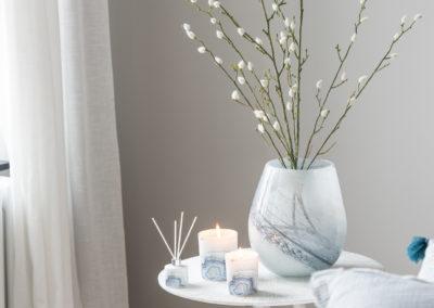 Beistelltisch mit Vase und Weidenkätzchen