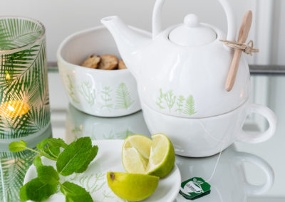 grüne Muster auf Teekanne Geschirr und Teelichthalter