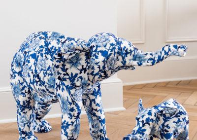 blau gemusterte weiße Figuren in Form von Elefanten