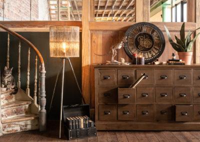 Nostalgische Inneneinrichtung mit Dinosaurierskelett auf Sideboard und antiker Uhr