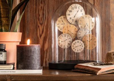 Glocke aus Glas mit Uhren drin im Antik-Look