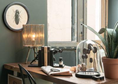 Nostalgische Bilder an Wand und Glocke aus Glas auf Holztisch