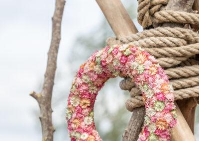 Deko Blumenkranz hängt an Ast