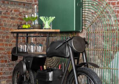 schwarzes Motorrad als Bar umgebaut