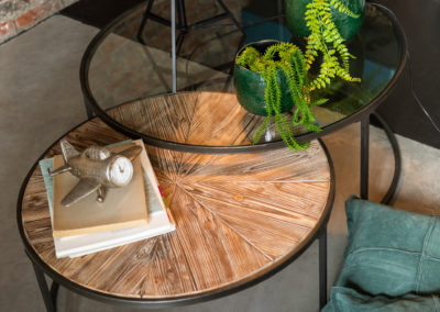 Glastisch mit braunem Metall Rahmen, Pflanzen und Stehlampe