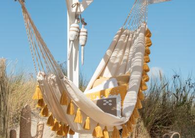 gelb-weiße Hängematte am Strand