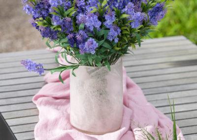 Lavendel in Vase aus Glas mit besonderem Muster