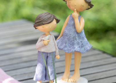 Zwei Porzellan Figuren die Ruhe symbolisieren