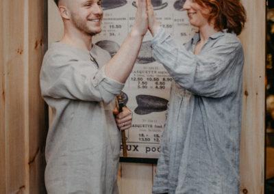 Mann und Frau in einem Leinen Hemd klatschen ab