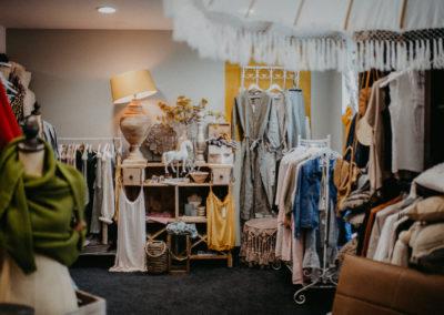 Ein Blick in den Deko Laden von Marlen mit einer bunten Auswahl an Mode Artikel