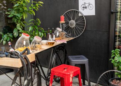 Tisch mit schwarzem Fahrrad als Gestell