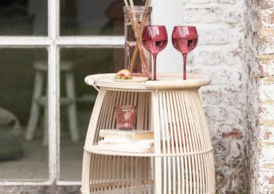 Getränkekarte aus Holzgeflecht mit roten Gläsern und Sträuchern