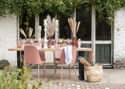Dekorierter Gartentisch mit Pfirsich farbenen Artikeln