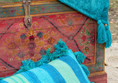 Bunte Vintage Koffer aus Holz und bunte Kissen