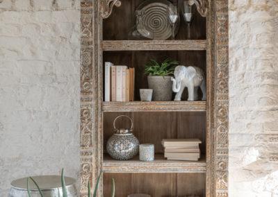 Dekorierte Schrankwand aus Holz
