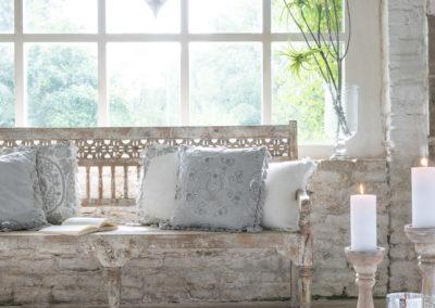 Romantische Holzbank mit Kissen