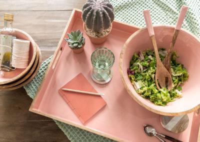 Rosefarbene Holz Tischdeko mit Salatschüssel und Kakteen