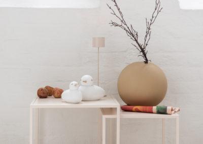 Mandel Farbene Akzente auf den weißen Deko Figuren und Vase