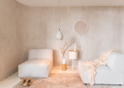 Sehr beruhigende friedliche Inneneinrichtung in Beige-Farben und schlichten Möbeln