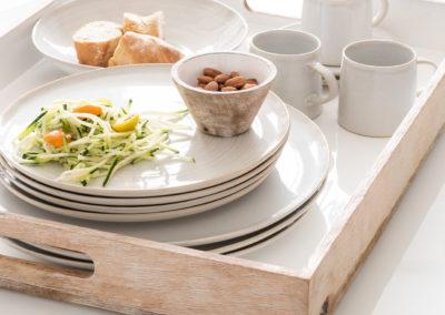 Holz Tablett in Farbe von Mandeln mit Geschirr