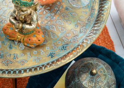 Ein Ganesh - goldene spirituelle Figur in Form eines Elefanten auf einem goldenen Tablett