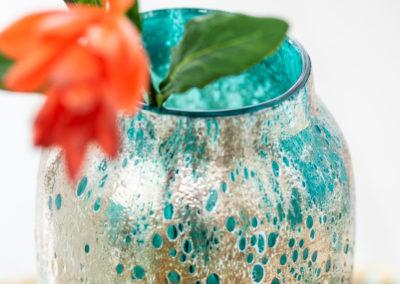 Blume in türkis-orangene Vase mit einzigartigem Muster