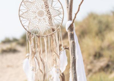 weiße Traumfänger hängen an einem Ast